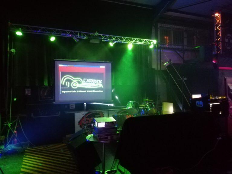 L'acoustic fait son Karaoke...